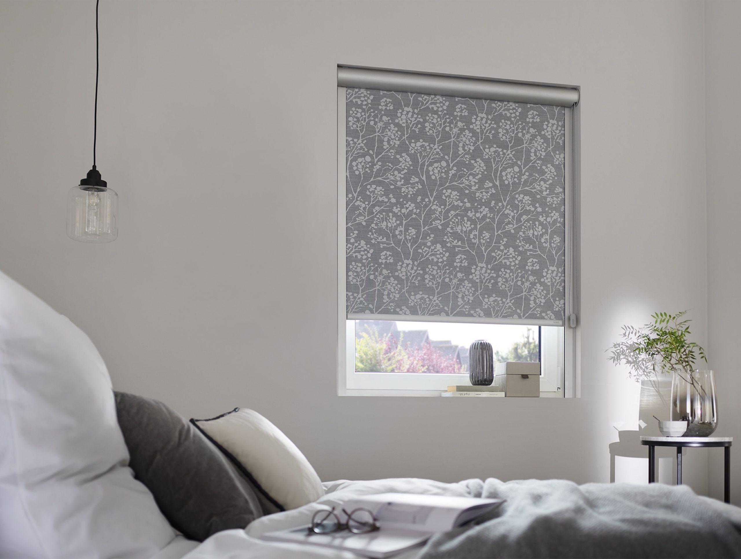 kadeco-rollo-62099-sichtschutz-sonnenschutz-grau-abdunkelnd-schlafzimmer-web